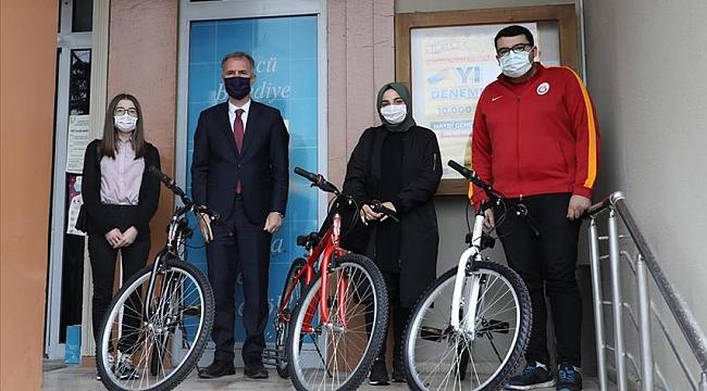 Bisiklet çekilişinin talihlileri hediyelerini aldı