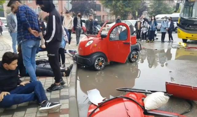 Elektrikli araç ile otobüs çarpıştı 3 öğrenci yaralı