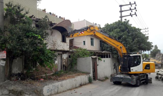 Osmangazi'de bir metruk bina daha yıkıldı